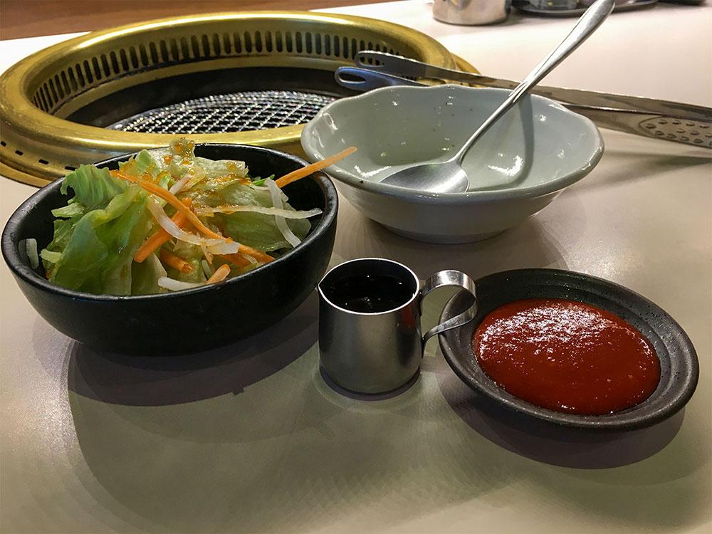 ランチ「名物!!七色ビビンバセット」のサラダと調理器具