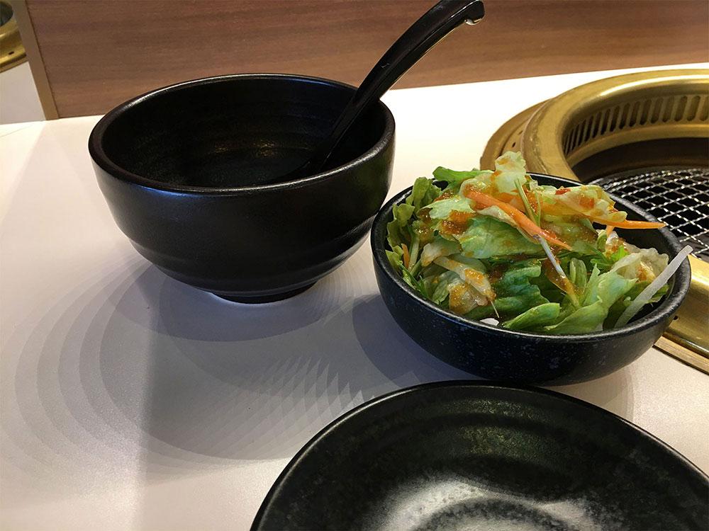 スンドゥブ鍋の取り皿とサラダ